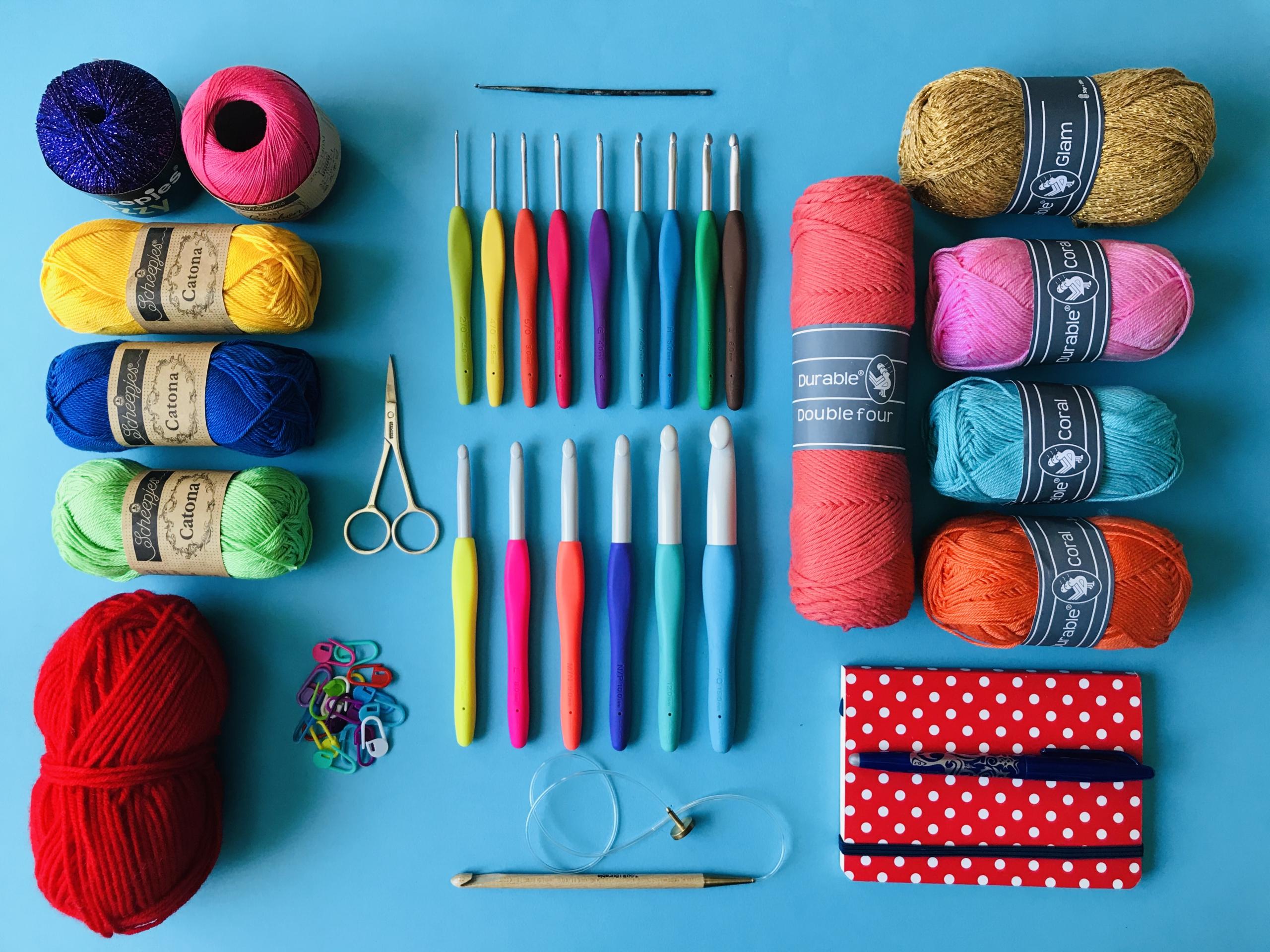 Meetthemaker day 22, garen, haaknaalden, schaar, steekmarkeerders, kleur, notitieblik, pen ,katoen, wol