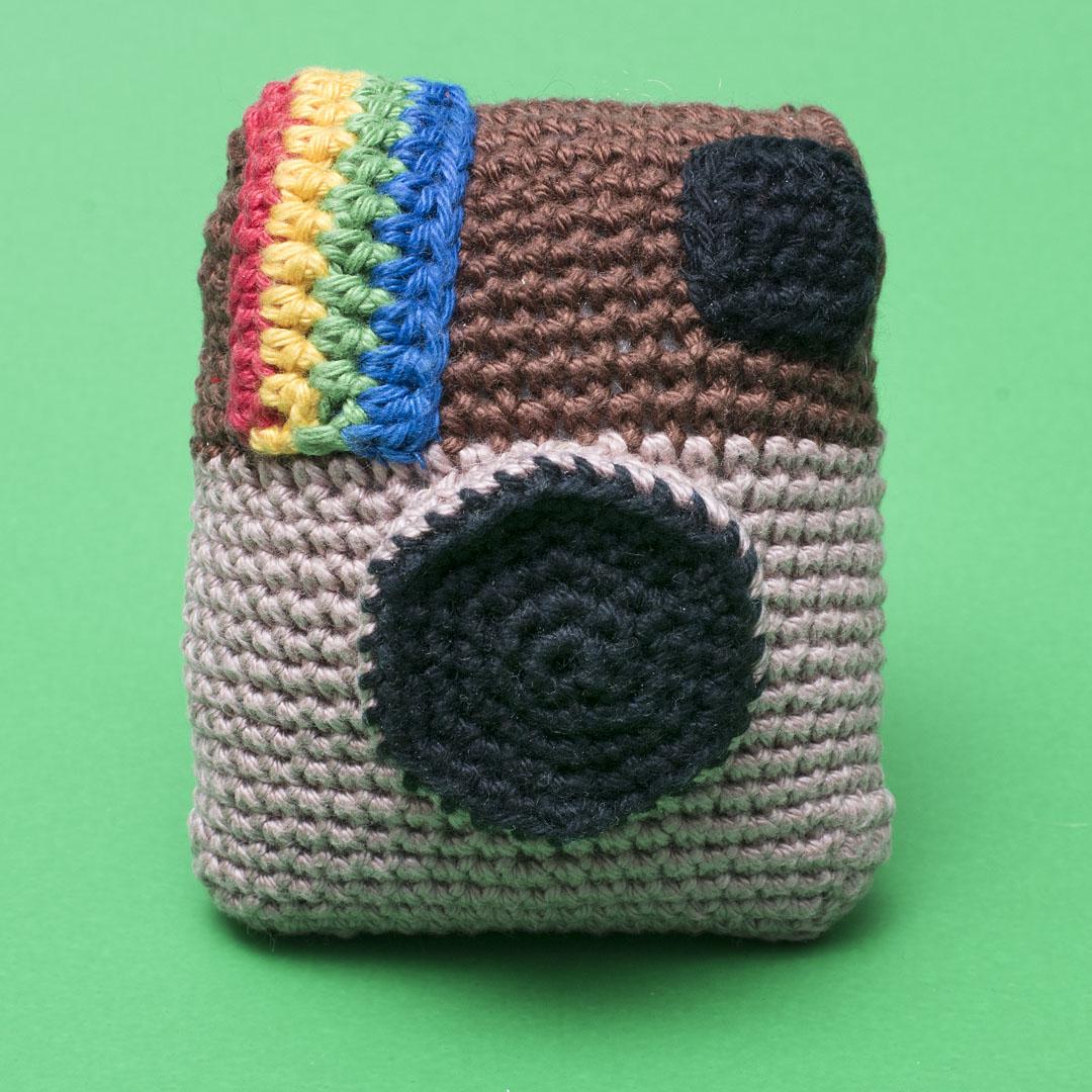 meetthemaker day 23,camera, gehaakt, polaroid, bruin, geel,rood, groen, blauw