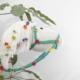 stokpaardje, stokpaard, knoopogen, wit, manen, bloemetjes, halster, leidsel, plant