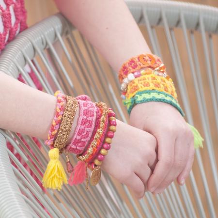 armbandje haken, gehaakt, flosjes, bedeltjes, katoen, gekleurd, goud, groen,oranje, kraaltjes