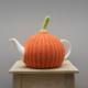 gebreide theemuts, tea cosy, breien, breiles,theemuts, zelfgemaakt, breien, breipatroon, pompoen, pompoenpatroon, oranje, groen, diy