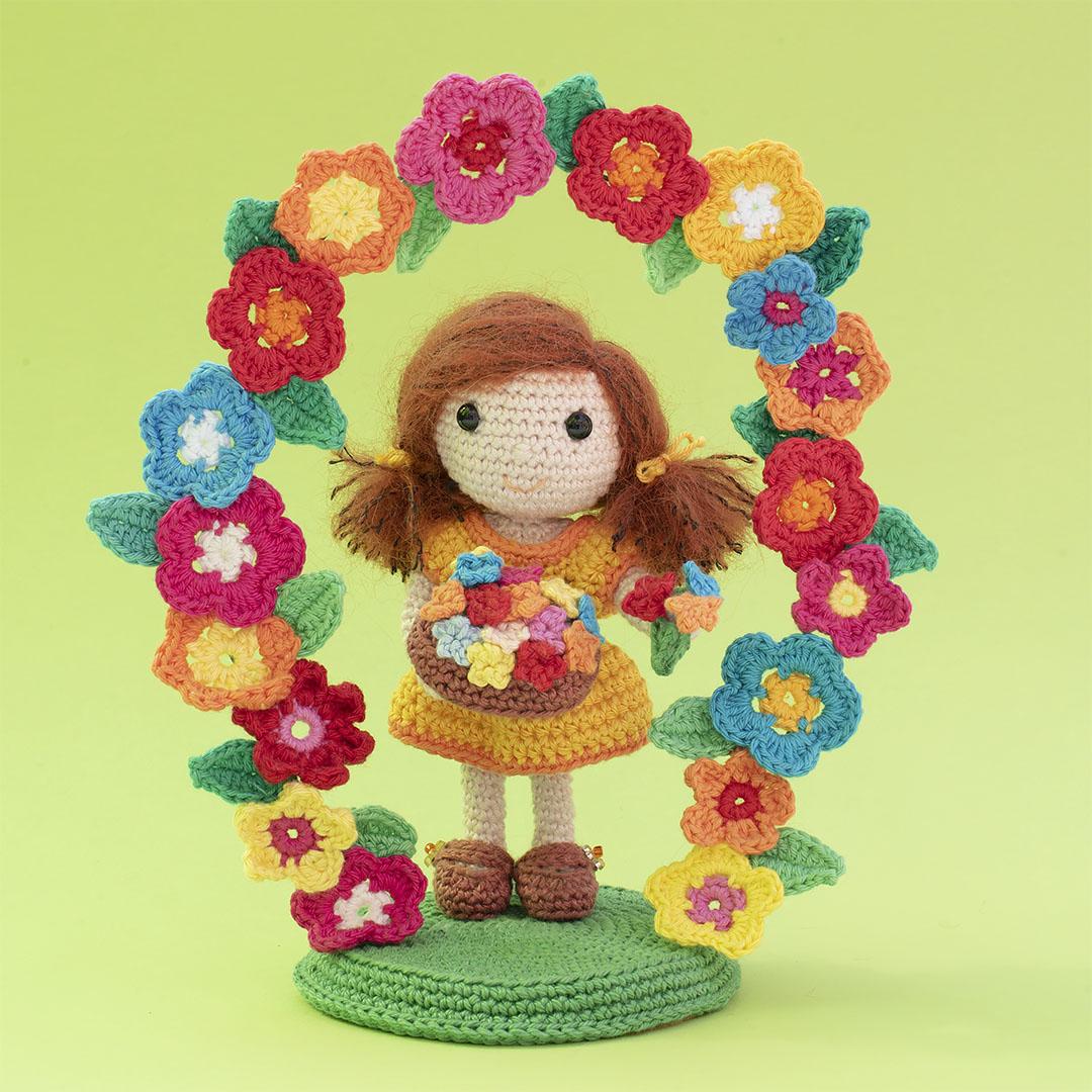 Crochet doll with flowers, crochet doll with floral arch, crochet pattern, pattern, crochet, diy, flowers, arch, flower arch, flower bow